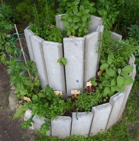 kräutergarten anlegen beispiele einen kr 228 utergarten anlegen und auf die gew 252 rz und heilkr 228 fte der natur vertrauen