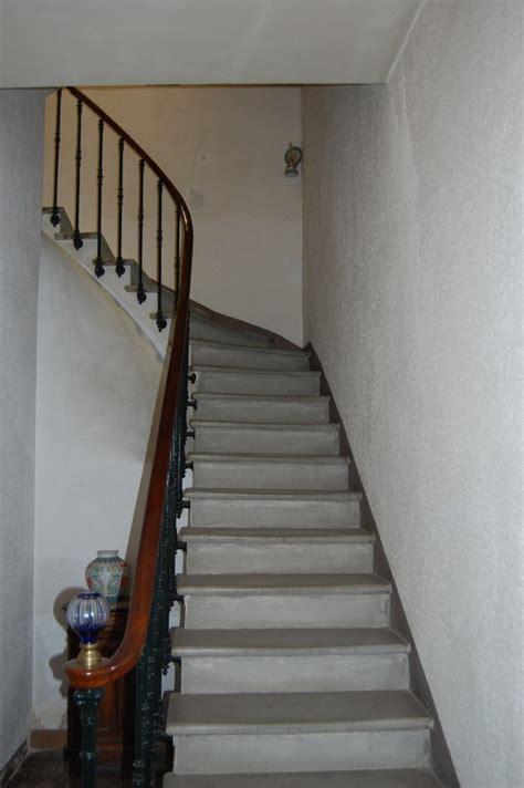 idee deco montee escalier id 233 e de couleur pour une mont 233 e d escaliers