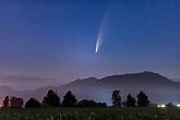 NEOWISE彗星划过阿波斯福夜空