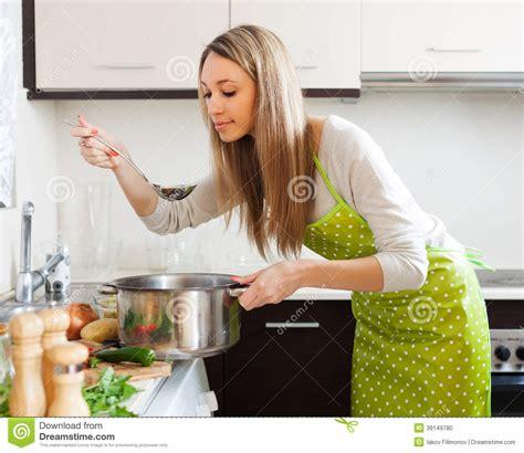 femme cuisine femme faisant cuire la soupe végétarienne dans la cuisine