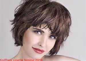 coupe de cheveux court femme 60 ans photo coiffure femme cheveux courts 50 ans design bild