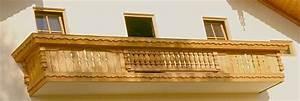 balkon und balkongelaender aus holz With markise balkon mit tapete mit holzmuster