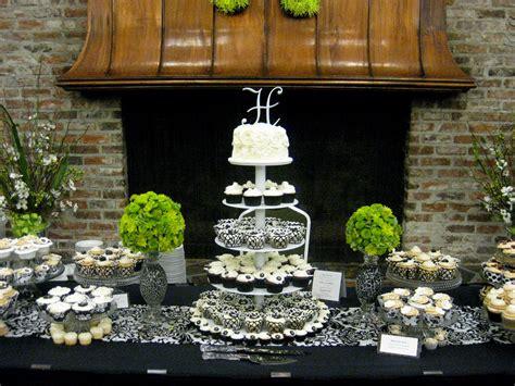 Black & White Wedding Cupcake Display ///////. Vietnamese