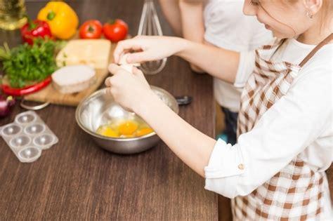 cuisiner avec enfant 4 trucs pour cuisiner avec les enfants wixxmag