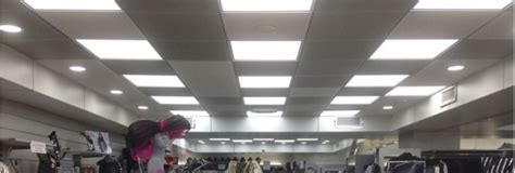 un bureau dans le salon dalle encastrable led et panneau lumineux eclairage de