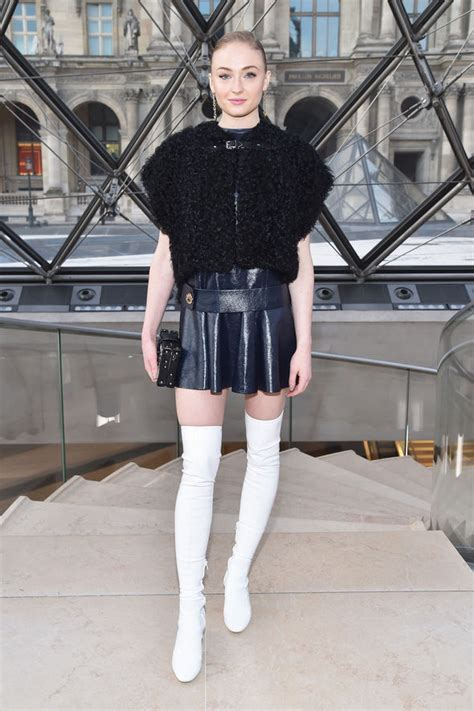 game  thrones sophie turner flaunts toned pins  thigh