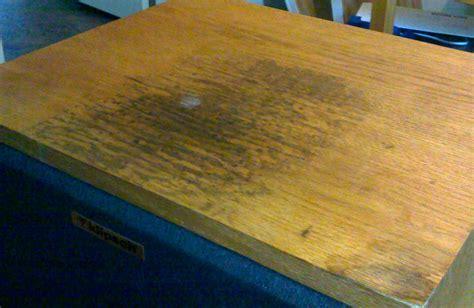 watervlekken uit hout verwijderen