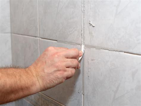 Haessliche Wandfliesen Im Bad So Kommt Der Putz Auf Die Fliesen by Fliesen Verputzen Schritt F 252 R Schritt Anleitung Bauen De
