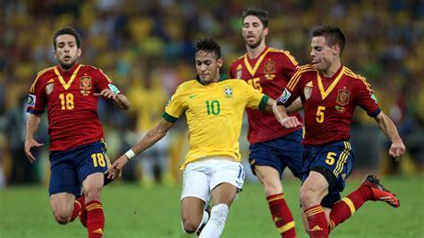 Ukuran lapangan sepakbola mulai dari ukuran lapangan sepak bola nasional dan ukuran lapangan sepakbola internasional. Pola Permainan Sepak Bola (Penyerangan & Pertahanan)