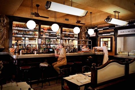 cuisine avec bar comptoir intérieur bar le valois bar huitres 75008