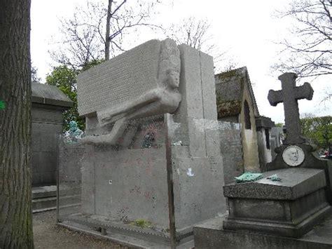 cimetiere du pere la chaise oscar wilde 39 s grave picture of pere lachaise cemetery