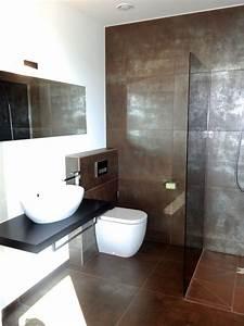 Bäder Fliesen Ideen : modernes bad mit braun silbernen fliesen und ebenerdiger dusche bathroom badezimmer bad und ~ Watch28wear.com Haus und Dekorationen