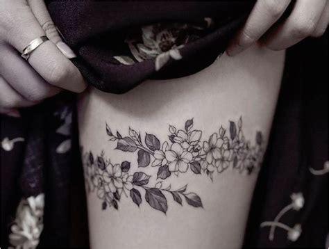 image de tatouage femme cuisse acidcruetattoo