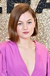 戴安娜登場👸🏻|《王冠》第四季搶先看!24 歲Emma Corrin演王妃重現世紀婚禮