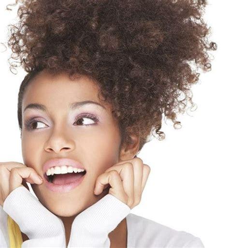 9 coiffures simples et rapides pour cheveux bouclu00e9s/frisu00e9s ...