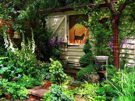绿荫围绕的精美花园小屋壁纸_主题酷魅