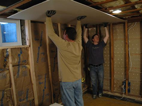 Hanging Drywall On Ceiling Or Walls by How To Hang Drywall And Mud How Tos Diy
