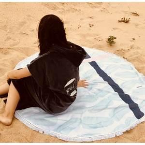 Serviette De Plage Ronde Eponge : serviette de plage ronde palm boutique le pompon ~ Teatrodelosmanantiales.com Idées de Décoration