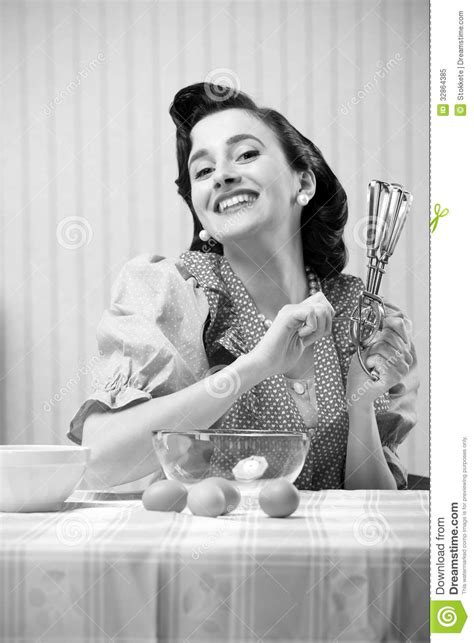femme en cuisine femme au foyer dans la cuisine image stock image 32864385