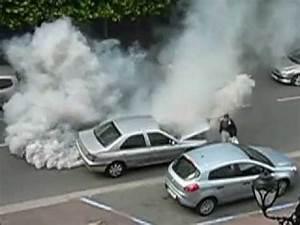Turbo Qui Fuit De L Huile : une voiture refuse d 39 avancer elle s 39 emballe fume norm ment le chauffeur fuit youtube ~ Gottalentnigeria.com Avis de Voitures