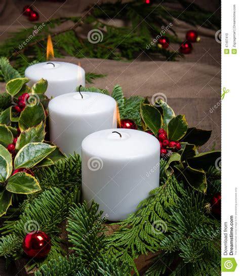 riti con le candele centro sempreverde di natale con le candele bianche