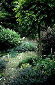 Gartengestaltung Kleine Gärten Bilder : gartengestaltungsideen f r kleing rten mit brunnen und kletterpflanzen ~ Frokenaadalensverden.com Haus und Dekorationen