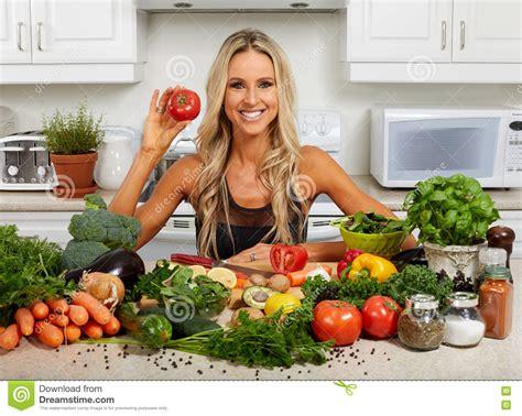 femme dans la cuisine femme faisant cuire dans la cuisine photo stock