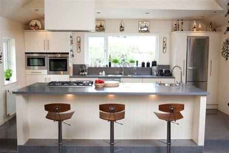 plan de travail central cuisine plan de travail résine pour une cuisine moderne