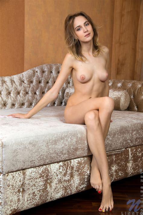Mobile Picture Featuring Linny Nudeamateur