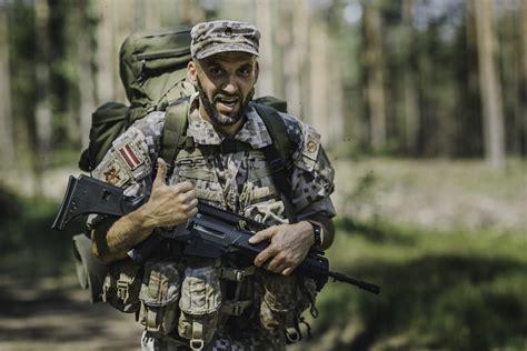 Alūksnē karavīri un zemessargi pulcējas uz pirmā militariz ...