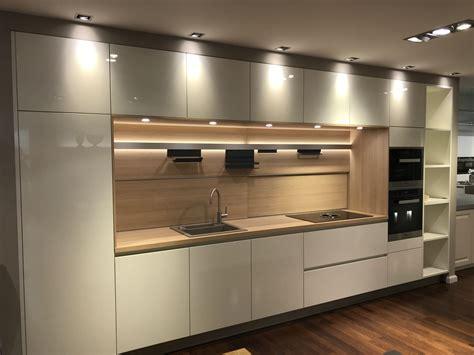 Weiße Küche Welche Arbeitsplatte by K 252 Che Wei 223 Hochglanz Lack Mit Eiche Arbeitsplatte
