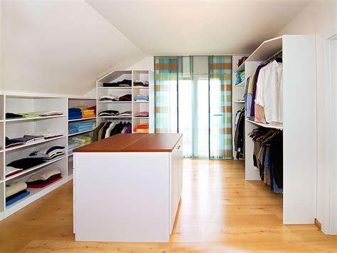 Das Ankleidezimmer Moderne Wohnideenankleidezimmer Fuer Frauen by Laufsteg In Der Dachschr 228 Ge Urbana M 246 Bel