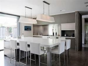 Trio bois verre et pierre pour une cuisine avec ilot for Petite cuisine équipée avec grande table salle à manger moderne