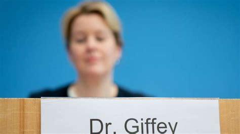 Prüfer monieren giffeys doktorarbeit hat familienministerin giffey in ihrer doktorarbeit unsauber gearbeitet? Familienministerin Giffey verzichtet auf Doktortitel | Politik