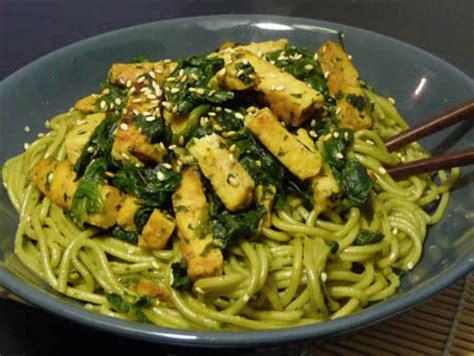 cuisiner le tempeh nouilles soba au thé vert tempeh fumé et épinards la