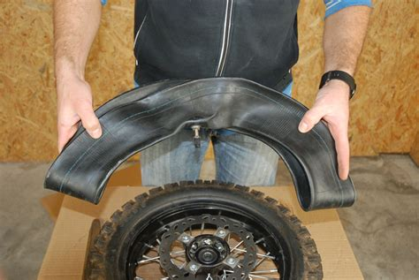 chambre a air moto comment changer la chambre à air de sa pit bike