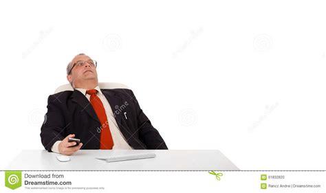 bureau homme d affaire homme d 39 affaires s 39 asseyant au bureau et tenant un