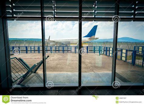 vue de l interieur vue de l int 233 rieur d a 233 roport sur l avion sur la piste photo stock image 45827267