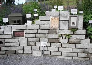 Gartenmauern Aus Beton : betonmauer aus betonsteinen und insektenhotels als ~ Michelbontemps.com Haus und Dekorationen