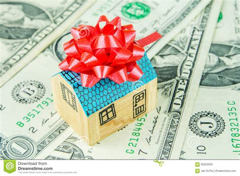 geschenk für neues haus neues haus als geschenk stockbild bild bargeld kostspielig 60223535