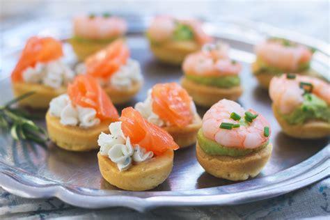 canapé avocat crevette bouchées apéritives saumon fromage ou crevette avocat