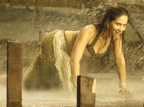 Kim Sharma Sexy Images And Wallpapers In BIkini HD