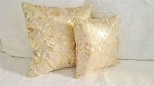 Housse De Coussin Doré : coussin dor et blanc cass tissu brocart haute couture avec une tr s belle couleur dor e ~ Nature-et-papiers.com Idées de Décoration
