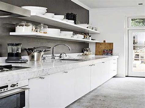 cuisine blanche sol gris plan de travail en marbre blanc dans une cuisine blanche