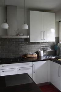 Quelles couleurs aux murs pour une cuisine blanche noire for Idee deco cuisine avec meuble de cuisine blanc et gris