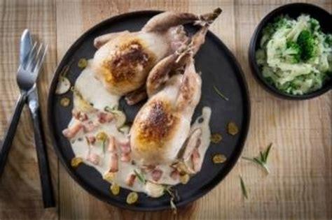 comment cuisiner les cailles au four recettes de viande de noël par l 39 atelier des chefs