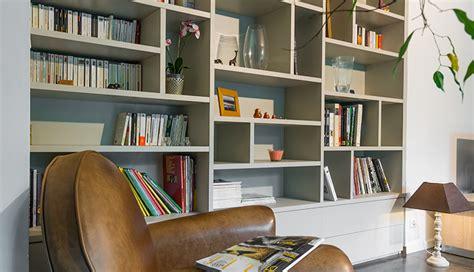 cuisine mur gris une bibliothèque affleurant au mur macoretz agencement
