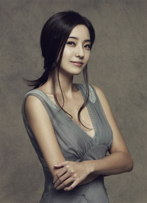 actress han chae young s wedding ring price revealed