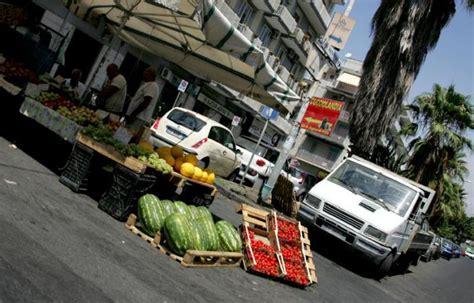 commercio catania commercio l invasione dei venditori ambulanti nei centri