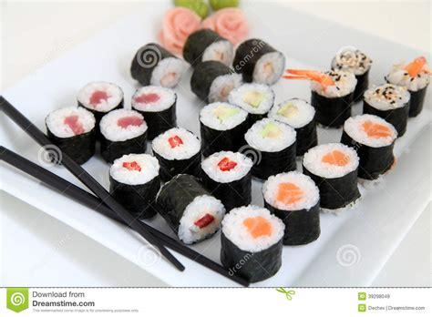 cuisine traditionnelle japonaise ensemble de sushi nourriture japonaise traditionnelle